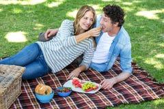 Paar dat een picknick heeft Stock Foto's