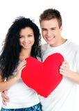 Paar dat een rood hart houdt Royalty-vrije Stock Afbeeldingen