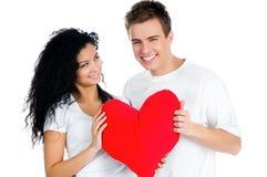 Paar dat een rood hart houdt Stock Fotografie