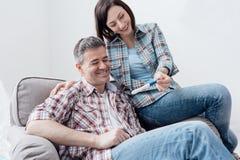 Paar dat een zwangerschapstest doet Stock Afbeeldingen