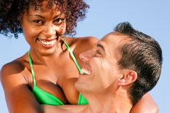 Paar dat - elkaar op strand koestert Royalty-vrije Stock Afbeeldingen