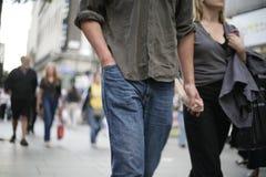 Paar dat en handen wekt houdt Stock Foto