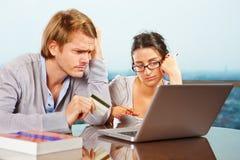 Paar dat financieel probleem heeft Stock Afbeeldingen