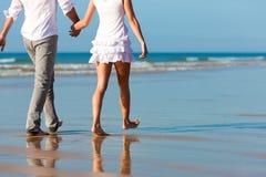 Paar dat gang op het strand heeft Stock Foto's
