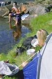 Paar dat in groot in openlucht kampeert stock foto's