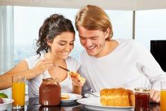 Paar dat grote tijd op ontbijt heeft royalty-vrije stock foto's