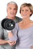 Paar dat gymnastiekgewichten gebruikt Stock Foto