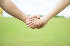 Paar dat hand in hand loopt Stock Foto
