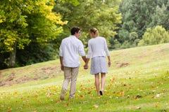 Paar dat hand in hand loopt Stock Fotografie
