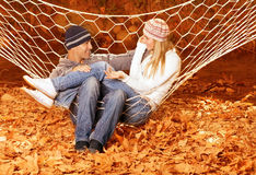 Paar dat in hangmat spreekt Stock Afbeelding