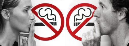 Paar dat het roken beweert Stock Foto