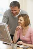 Paar dat het Scherm van de Computer bekijkt Stock Afbeeldingen