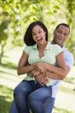 Paar dat het speelse in openlucht glimlachen is Stock Fotografie