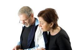 Paar dat het tekstbericht controleert Royalty-vrije Stock Fotografie