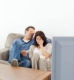 Paar dat hun gezichten verbergt terwijl het letten van op een film Royalty-vrije Stock Afbeelding