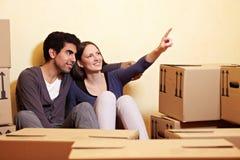 Paar dat hun nieuw huis plant stock afbeelding