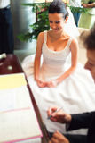 Paar dat huwelijksdocumenten ondertekent Royalty-vrije Stock Foto's