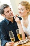 Paar dat koekjes eet Stock Afbeeldingen