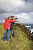 Paar dat landschap in Maui, Hawaï fotografeert. stock fotografie