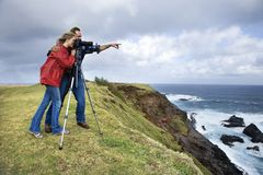 Paar dat landschap in Maui, Hawaï fotografeert. royalty-vrije stock foto