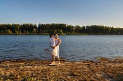 Paar dat langs de rivier loopt Royalty-vrije Stock Foto