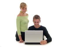 Paar dat laptop computer met behulp van Royalty-vrije Stock Foto's