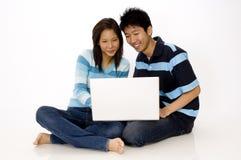 Paar dat Laptop met behulp van stock afbeelding