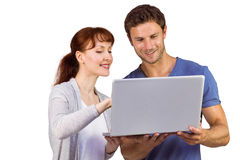 Paar dat laptop samen met behulp van Stock Foto's