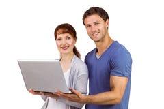 Paar dat laptop samen met behulp van Royalty-vrije Stock Foto's