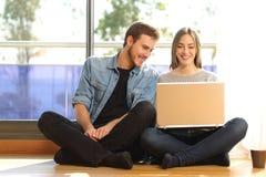 Paar dat laptop thuis met behulp van Royalty-vrije Stock Fotografie
