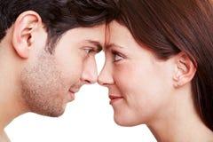Paar dat in liefde elk onderzoekt Royalty-vrije Stock Afbeeldingen