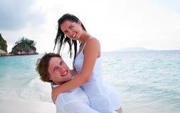 Paar dat in liefde van een de zomervakantie geniet. royalty-vrije stock foto
