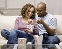 Paar dat meeneem Chinees voedsel eet royalty-vrije stock afbeelding