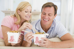Paar dat Meeneemmaaltijd, etenstijd samen eet royalty-vrije stock afbeeldingen