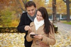 Paar dat met smartphone navigeert Stock Foto's