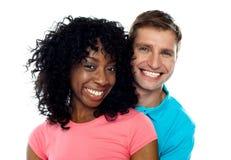 Paar dat met vreugde glimlacht. Het koesteren in liefde Stock Foto's