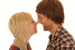 Paar dat neuzen wrijft Stock Foto's