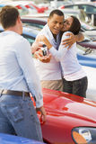 Paar dat nieuwe auto van verkoper verzamelt Royalty-vrije Stock Afbeelding