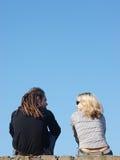 Paar dat onder de hemel spreekt Royalty-vrije Stock Foto's
