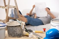 Paar dat onderbreking van het schilderen van huis neemt Stock Afbeelding