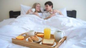 Paar dat ontbijt in bed eet stock videobeelden