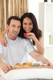 Paar dat ontbijt in bed heeft Royalty-vrije Stock Foto