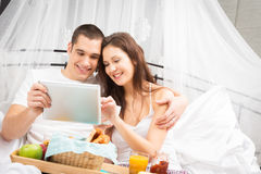 Paar dat ontbijt in bed heeft Royalty-vrije Stock Foto's