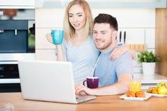 Paar dat Ontbijt heeft royalty-vrije stock afbeeldingen