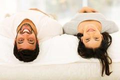 Paar dat op bed ligt Stock Foto's