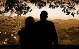 Paar dat op de Stad kijkt Stock Afbeeldingen