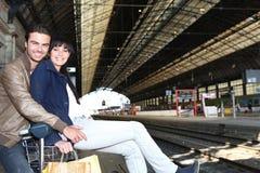Paar dat op de trein wacht Royalty-vrije Stock Afbeeldingen