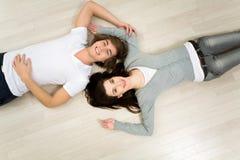 Paar dat op de vloer ligt Stock Foto's
