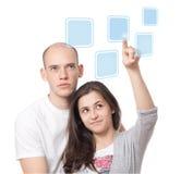 Paar dat op een interface van het aanrakingsscherm klikt Royalty-vrije Stock Foto