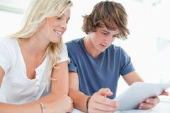 Paar dat op een tablet surft Royalty-vrije Stock Afbeeldingen